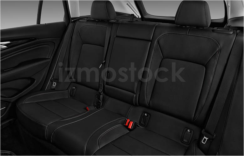 2019_Buick_Regal_TourX_Essence_rear_seat